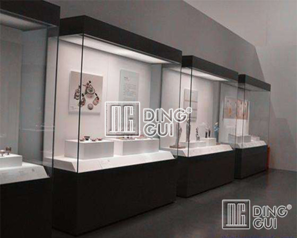 How To Control The Quality Of Museum Display Cabinet