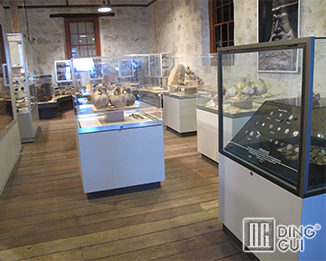MB57 Profession Custom High End Quality Museum Glass Display Showcase Systems